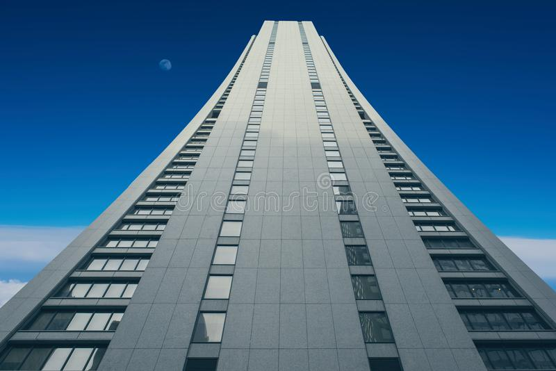 进入日落天空和多雨云彩天空的一个高楼 免版税库存图片