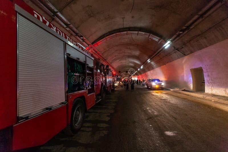 进入有红灯的消防车一个大隧道抢救的 免版税库存图片
