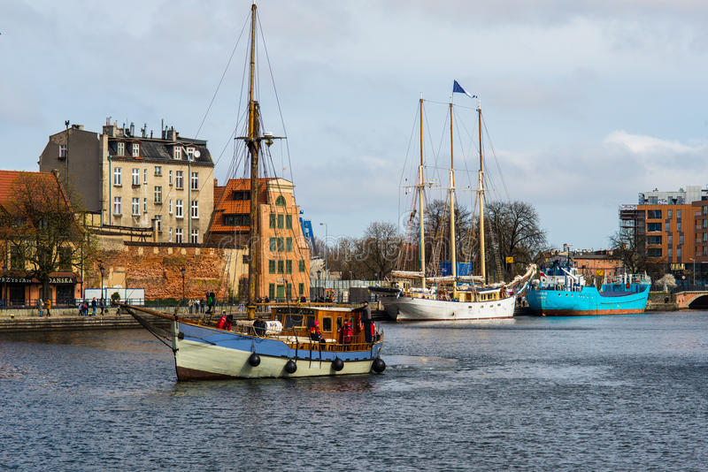 进入格但斯克港口的老fishboat在波兰 免版税库存照片
