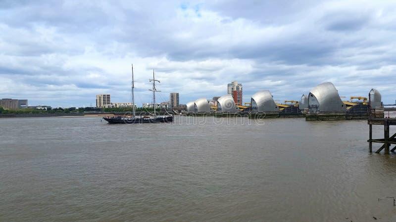进入泰晤士障碍的高船 伦敦 免版税库存图片