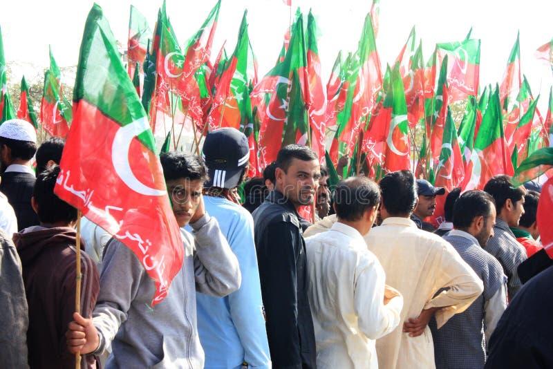 进入的卡拉奇巴基斯坦pti集会支持者 库存照片