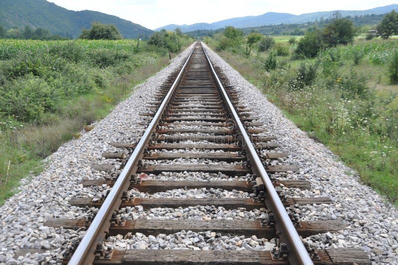 进入距离的唯一老铁路轨道 免版税库存照片