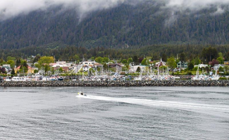 进入锡特卡,阿拉斯加的渔船 免版税库存图片