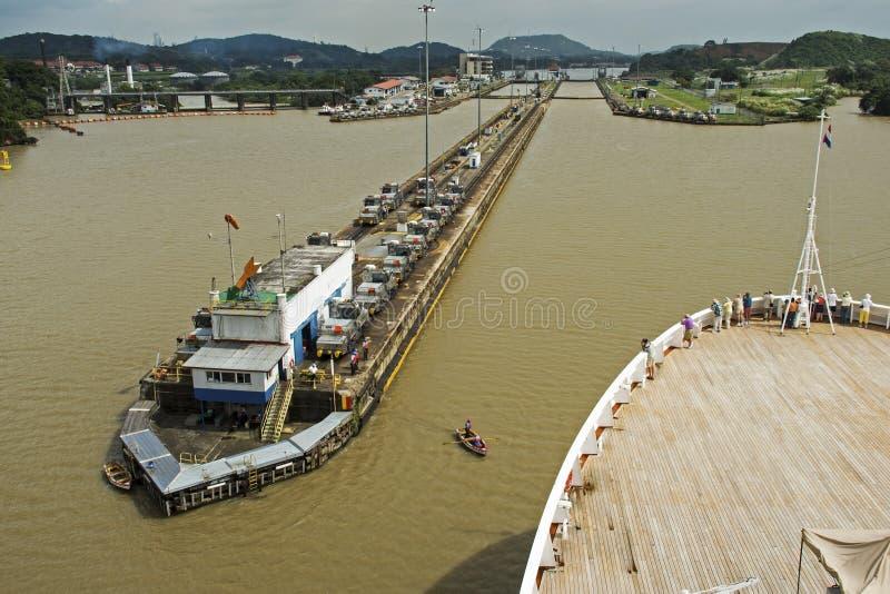 进入巴拿马运河锁的Cruiseship 库存图片