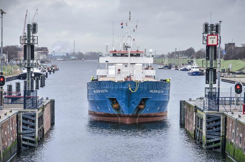 进入IJmuiden海锁的船 库存照片