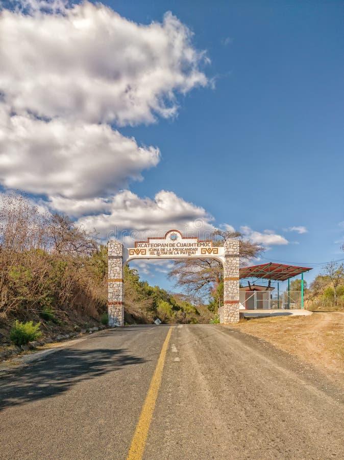 进入Ixcateopan de瓜特穆斯,格雷罗州的可喜的迹象 旅行在墨西哥 免版税图库摄影
