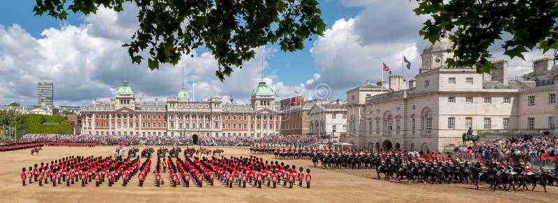 进军的广角看法颜色军事游行在骑马卫兵游行,有家庭分部战士的伦敦英国, 图库摄影