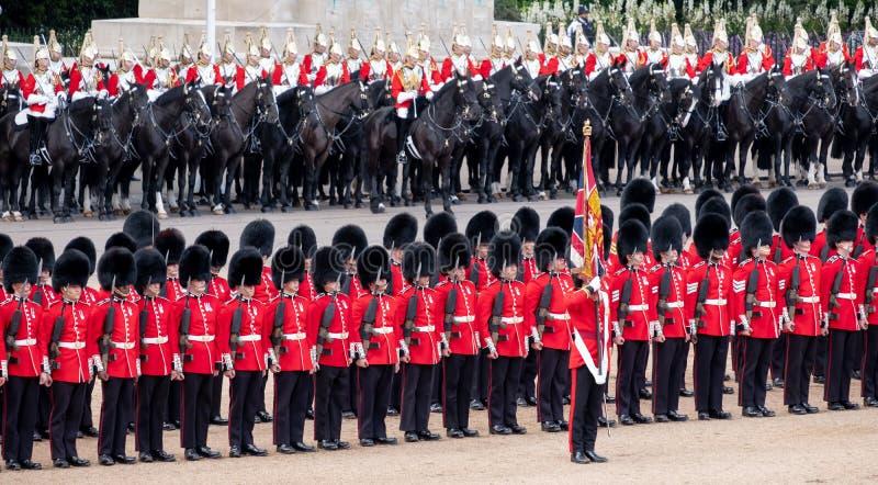 进军颜色仪式在骑马卫兵游行,威斯敏斯特,有家庭分部战士的伦敦英国, 免版税库存图片