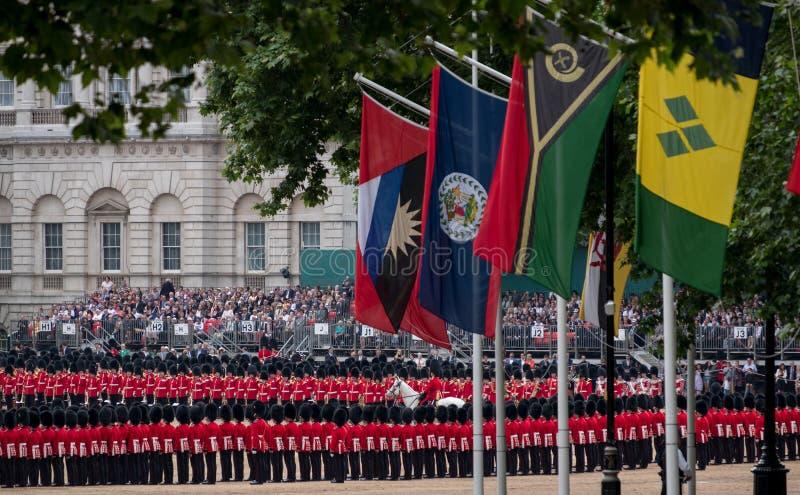 进军颜色军事仪式,举行在骑马卫兵游行庆祝女王/王后` s生日 图库摄影