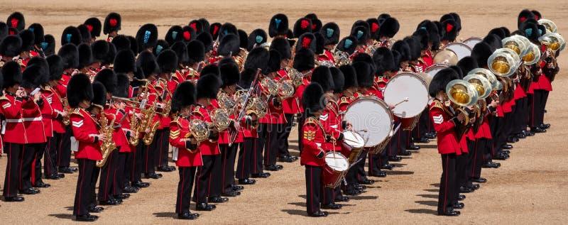 进军颜色,与被集合的带的军事仪式在骑马卫兵,威斯敏斯特,伦敦英国 库存照片