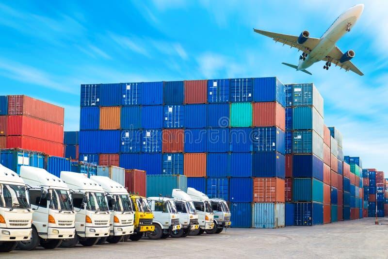 进出口的容器运输和卡车 库存图片