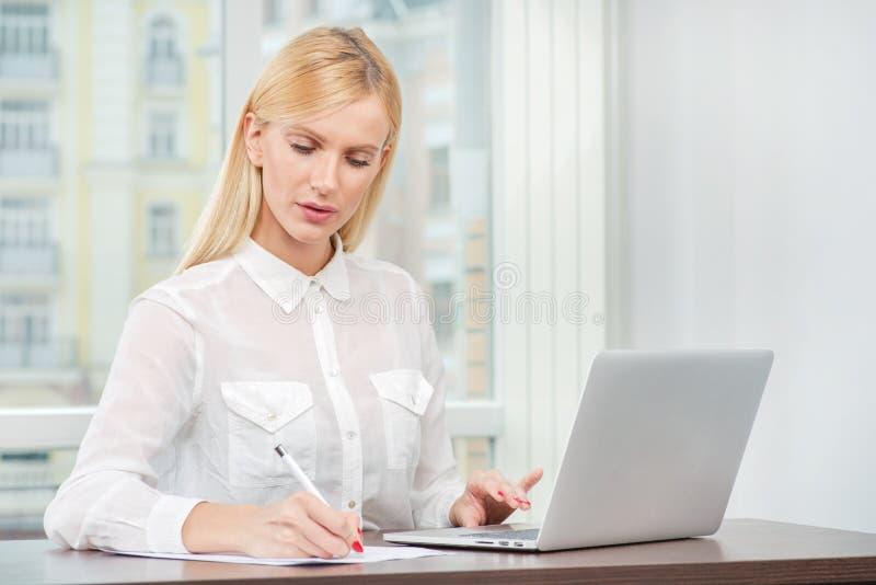 进展中的工作 友好和确信的少妇开会 免版税库存图片