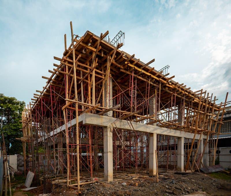 进展中的建筑 两层或楼层议院是与脚手架的修造 住宅建设结构 免版税库存照片