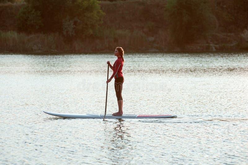 进晚餐站立明轮轮叶妇女桨boarding12 免版税库存照片