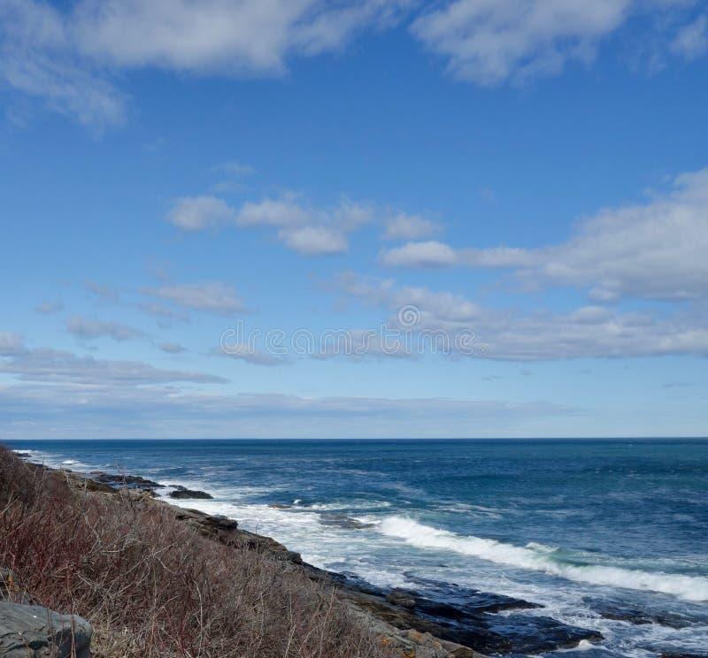 进来在岩石大西洋岸的白色海浪 库存图片