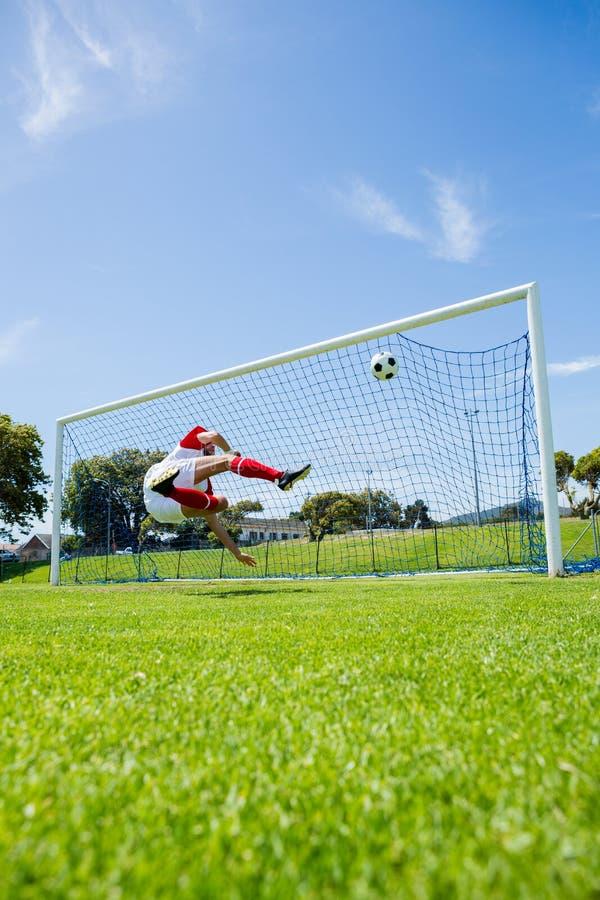 进球的足球运动员 免版税库存照片