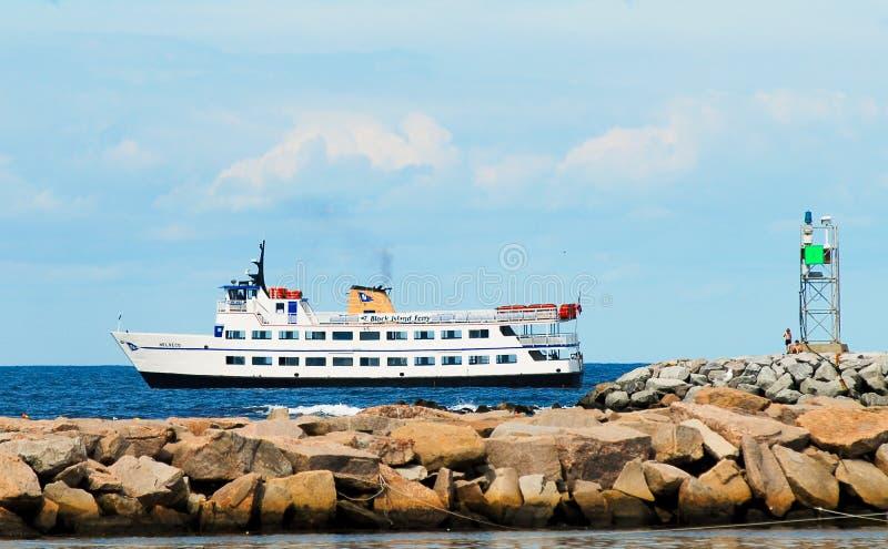 进站到石块海岛,罗德岛州的客船 库存照片