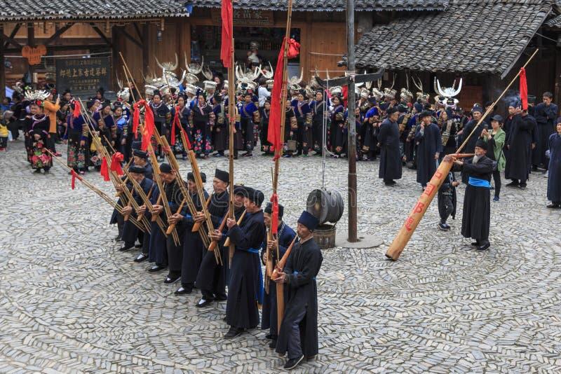 进行一个传统舞蹈的苗族少数族裔的人们在郎德苗族国籍村庄,贵州,中国 库存照片