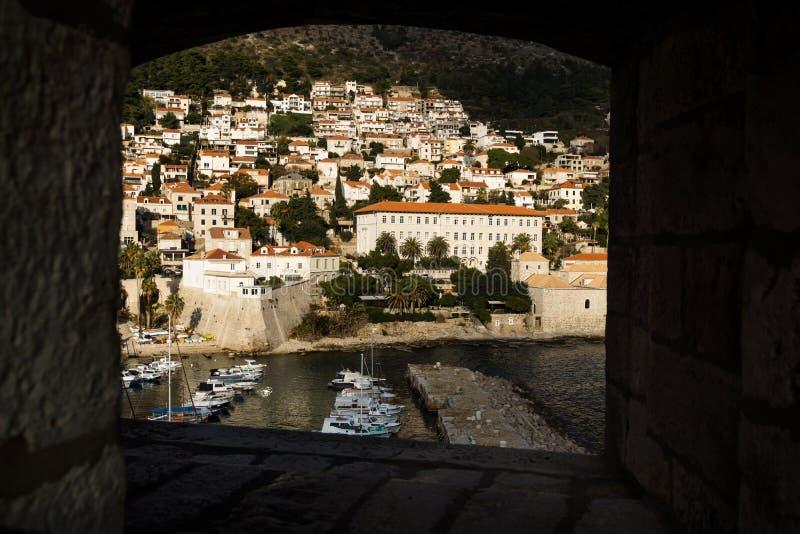 进行下去在堡垒墙壁,克罗地亚的一个窗口的杜布罗夫尼克港 库存图片
