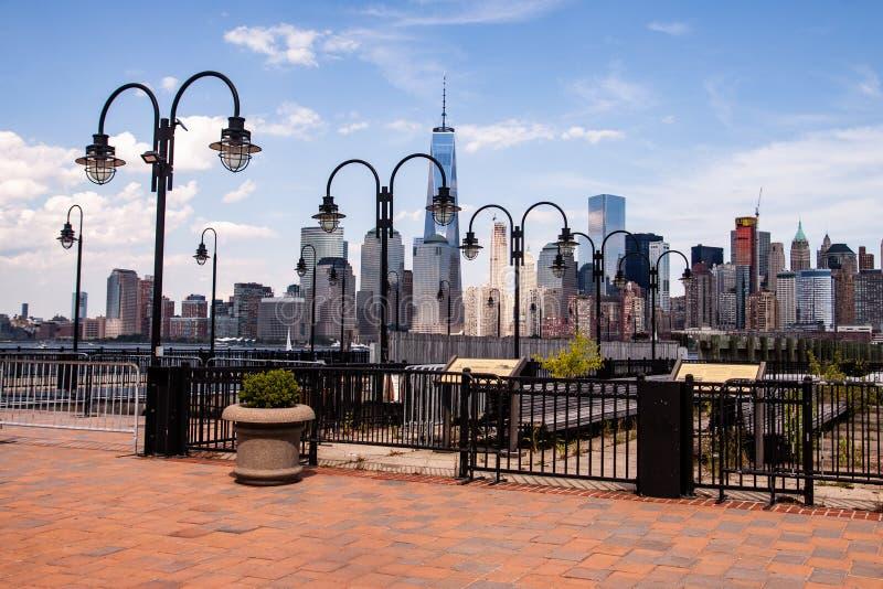 进行下去路灯到底的纽约地平线 库存照片