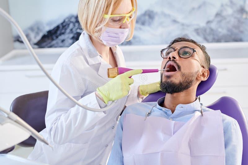 进行专业牙清洗 免版税库存照片