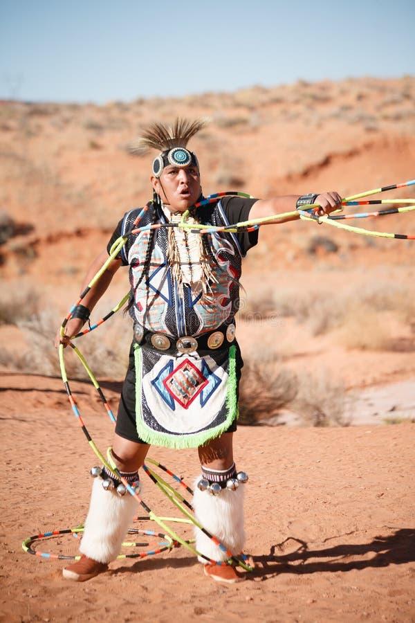 进行传统舞蹈的一个那瓦伙族人美国本地人人 库存图片