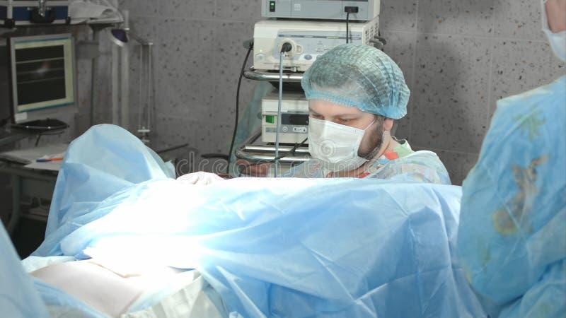进行操作的医疗队在医院 免版税库存照片