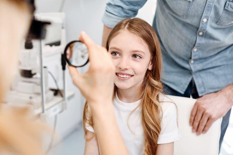 进行核对的被聚焦的聪明的孩子 库存照片