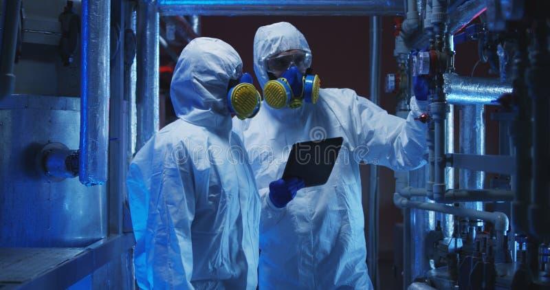 进行维护的hazmat衣服的科学家 免版税图库摄影