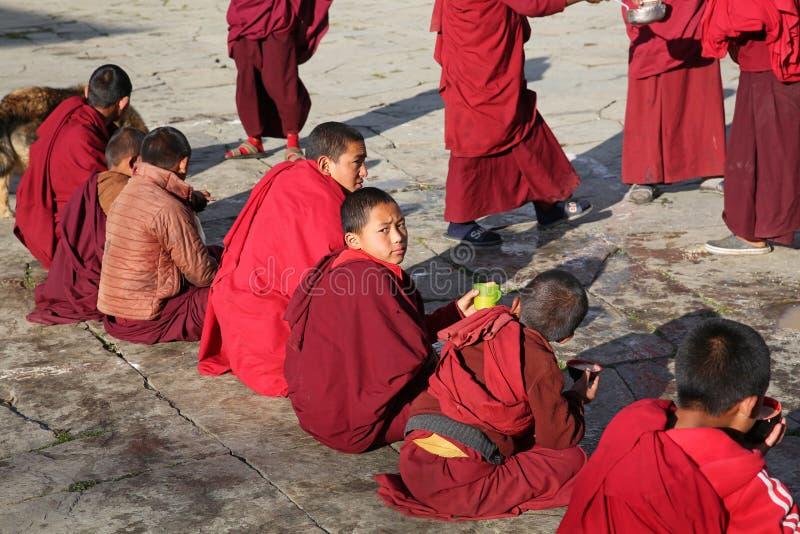 进餐时间在佛教徒修道院,不丹里 库存图片