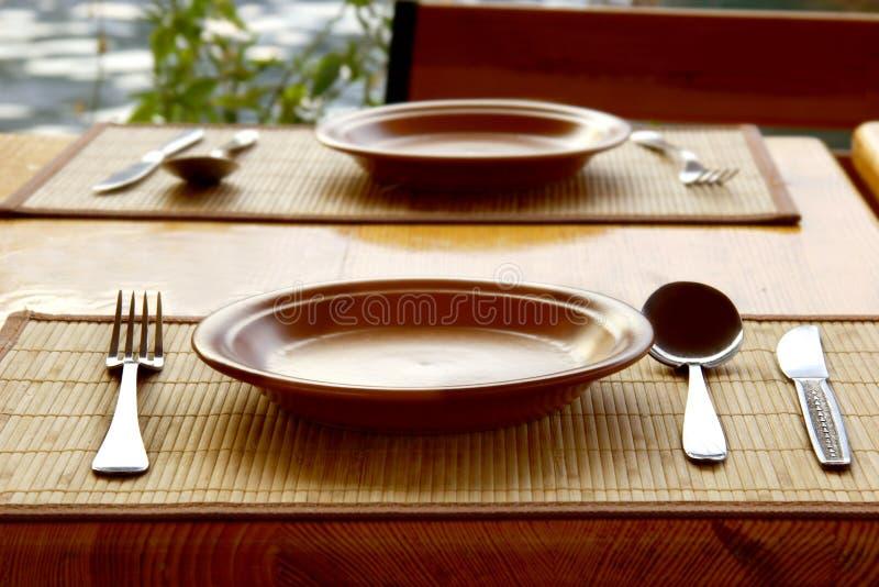 进餐时间服务的碗筷 图库摄影