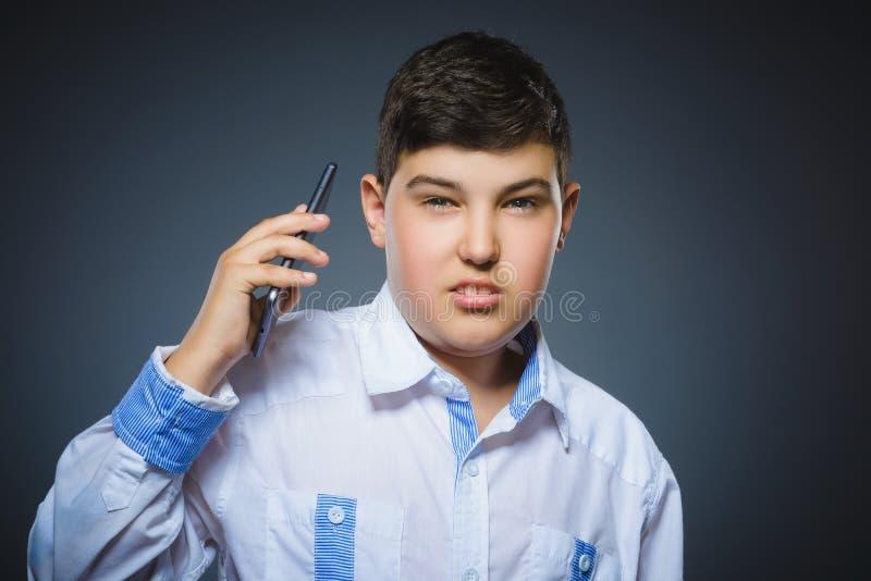 进攻男孩画象有机动性或手机的 消极人的情感 免版税库存图片