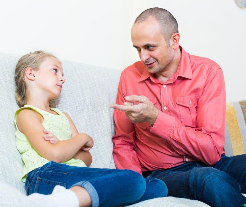 谴责进攻的父亲女儿 库存照片