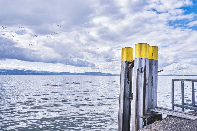 远岸背景中的港墙码头 免版税图库摄影