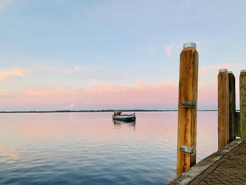 远离岸的一个小船航行 图库摄影