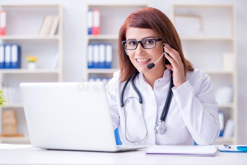 远程医学概念的妇女医生 免版税库存图片