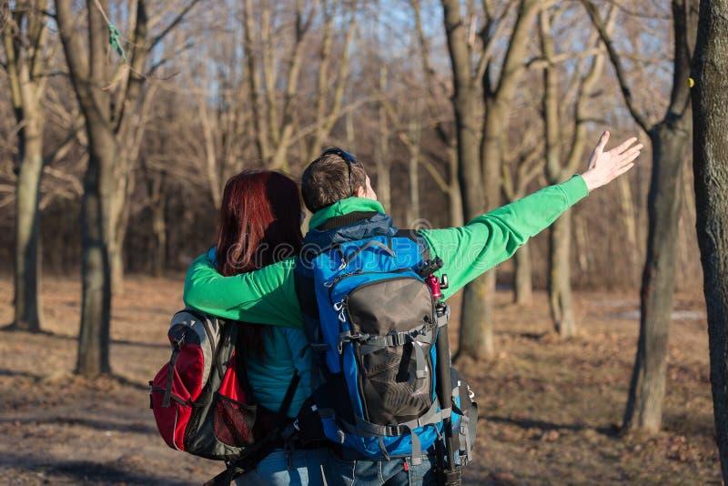 远足与背包的年轻夫妇 免版税库存照片