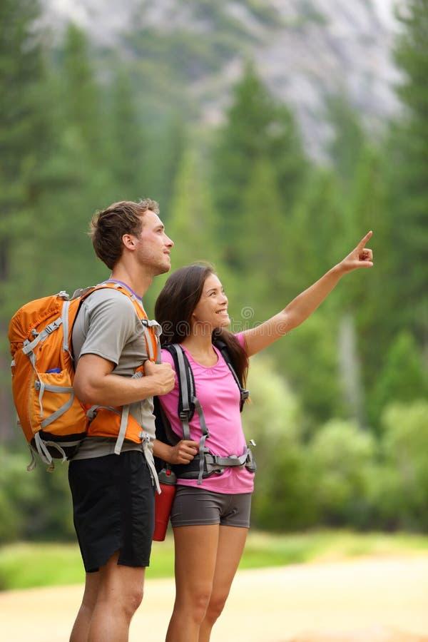 远足人-远足者夫妇在优胜美地 免版税图库摄影