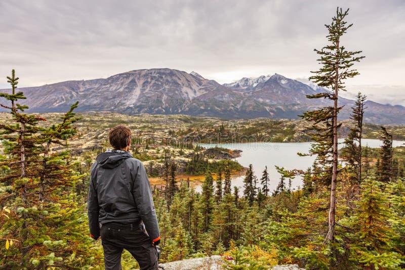 远足人旅行室外生活方式的阿拉斯加,年轻旅客徒步旅行者在山环境美化 免版税库存图片