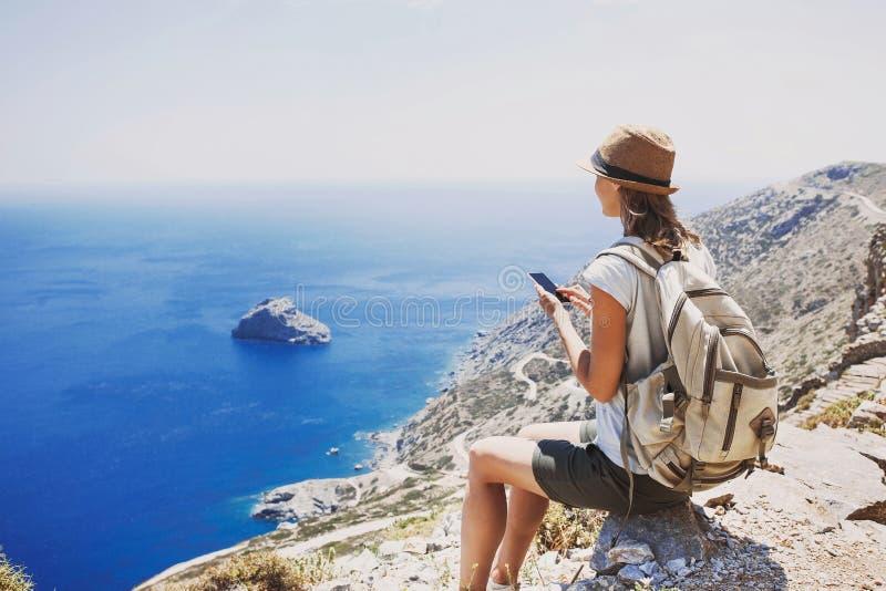 远足使用巧妙的电话的妇女采取照片、旅行和活跃生活方式概念 免版税库存照片