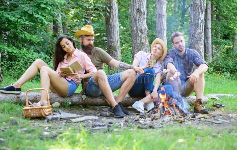 远足假期的青年时期 远足者在森林自然背景中花费休闲 远足者组织快的野餐吃和放松 图库摄影