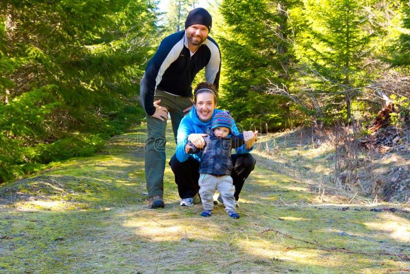 远足冒险的家庭 免版税库存图片