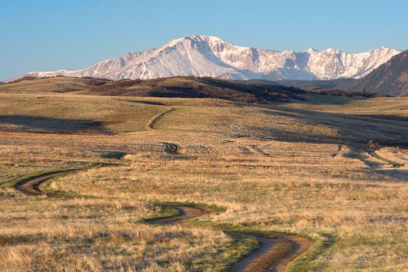 远足和登山车往矛的足迹绕锐化 免版税库存图片