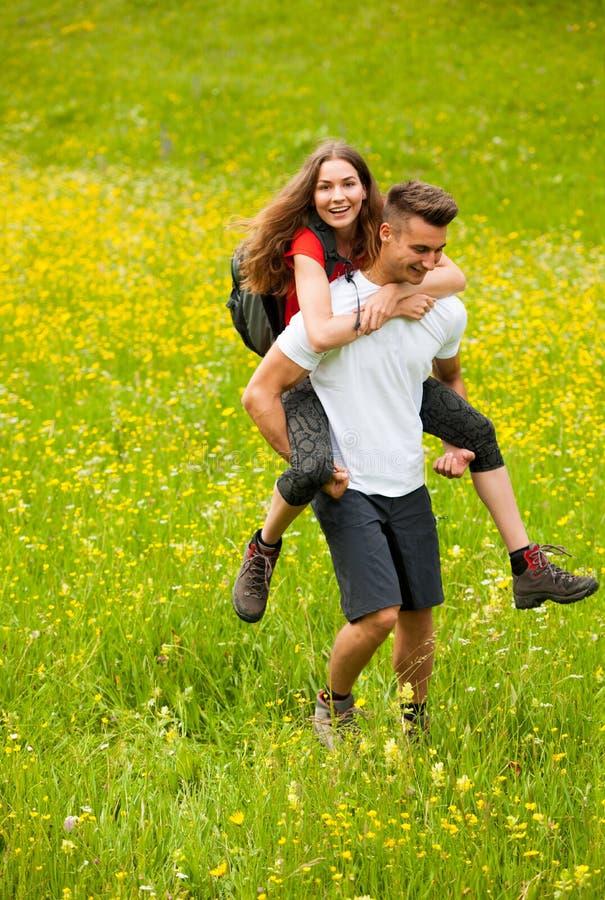 子干怀孕了�y.��.�9.ly/)�l#�+_远足在一个草甸的活跃嬉戏的coupel在ratly春天绿色g