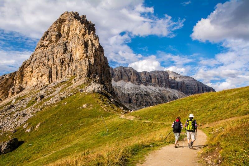 远足在与背包的山的活跃资深白种人夫妇,享受他们的冒险 地点:白云岩阿尔卑斯,波尔扎诺自治省 免版税库存照片