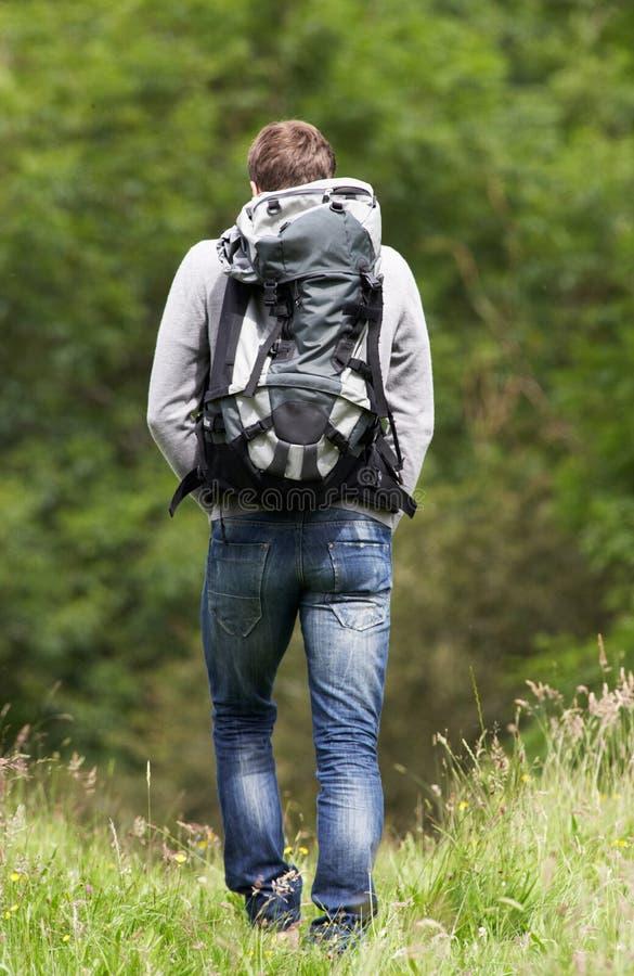 远足在乡下的人背面图 库存照片
