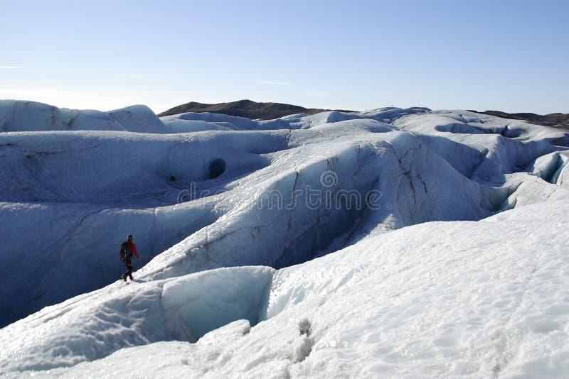 远足在冰岛的冰川 库存照片