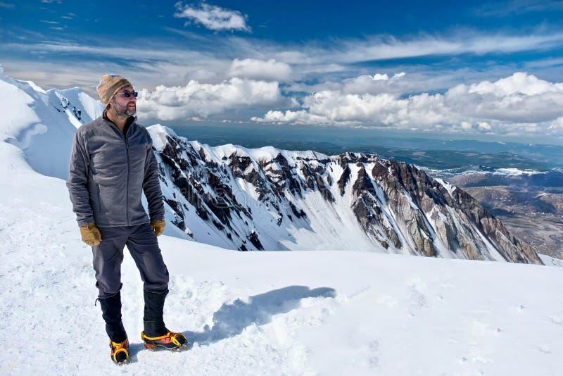 远足在华盛顿 在山上面的人登山人 圣海伦山山顶的愉快的人  库存图片