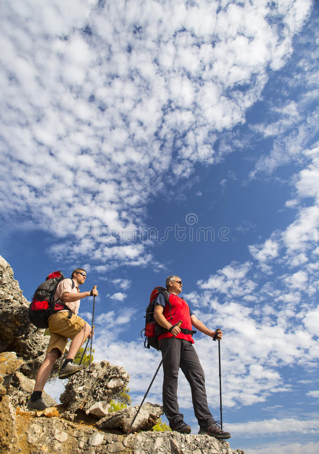 远足在山的夏天 免版税库存图片