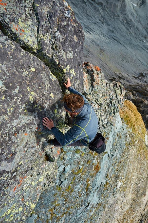 远足在峭壁的摄影师clims 免版税库存图片